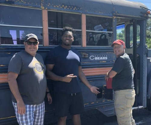 Bears' Charles Leno Jr. comes to rescue for Bears fans' broken down bus