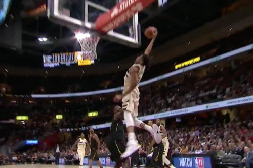 Giannis Antetokounmpo pulls off perplexing alley-oop dunk