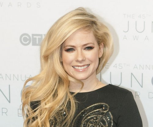 Avril Lavigne cozies up to singer Ryan Cabrera