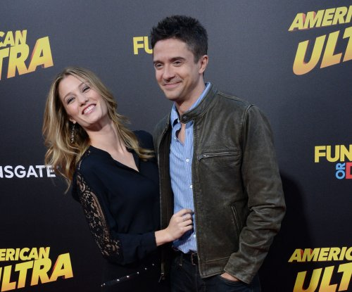 Topher Grace marries Ashley Hinshaw