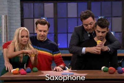 Jason Sudeikis, Kristin Chenoweth, Joe Jonas and Jimmy Fallon battle in Tandem Sculptionary