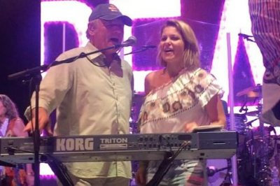 Candace Cameron Bure, the Beach Boys recreate 'Full House' duet