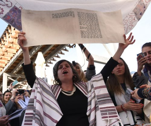 Orthodox Jews try to disrupt women's service at Israel's Western Wall