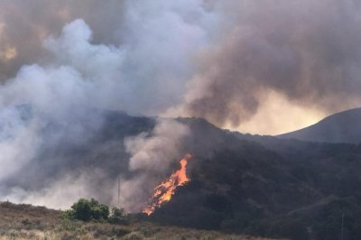 Residents flee as Southern California wildfire grows to 2K acres