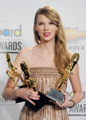 Taylor Swift wins top CMT award
