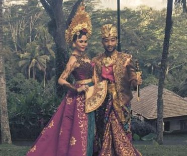 Chrissy Teigen, John Legend dazzle in traditional Balinese garb