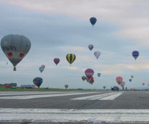 World-record 456 hot air balloons take flight at French festival