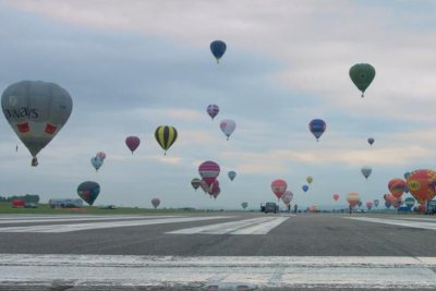 World-record 456 hot air balloons take flight at French festival