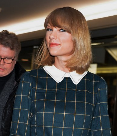 Taylor Swift's '1989' is No. 1 on the U.S. album chart for a second week