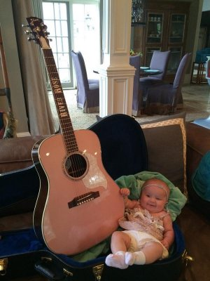 Kelly Clarkson's daughter receives guitar from Blake Shelton, Miranda Lambert
