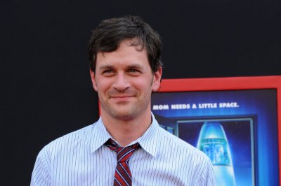 Tom Everett Scott, Larisa Oleynik to star in show about emotional support dog