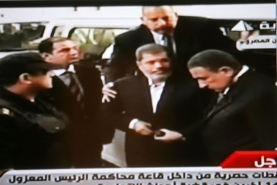 Morsi's conspiracy trial suspended amid controversy over glass cages