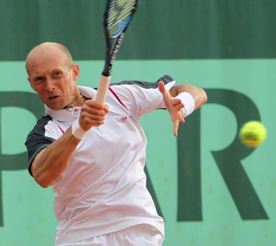 Simon, Almagro, Baker win in Nice