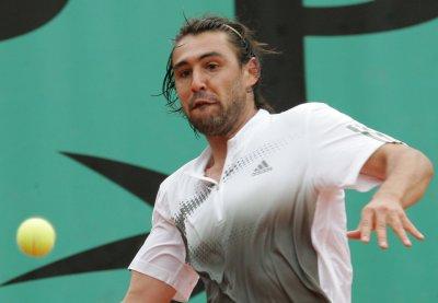 Federer, Baghdatis advance at Weber Open