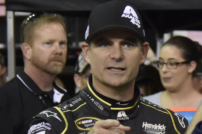 Jeff Gordon works with new team in booth