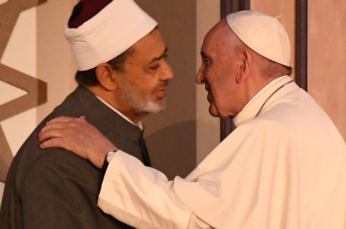 Pope arrives in Egypt to show solidarity with Coptic Christians