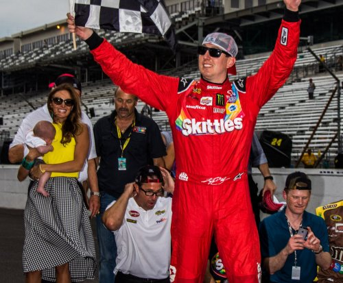 Kyle Busch edges Matt Kenseth at Chicagoland
