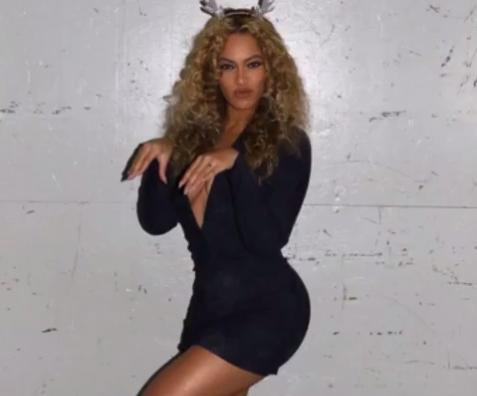Beyonce rocks antlers, displays Christmas trees in holiday-themed slideshow