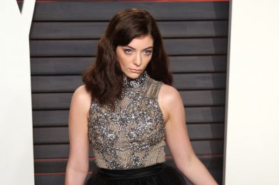 Lorde ends Lollapalooza set early due to weather