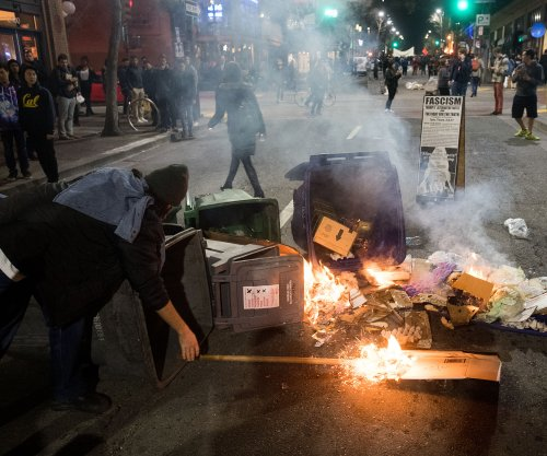 Protests turn violent at Milo Yiannopoulos speech at UC Berkeley
