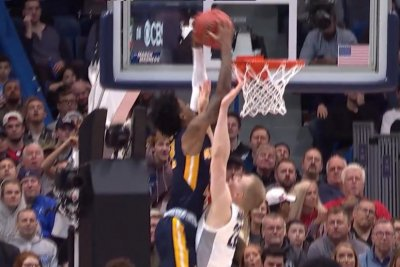 March Madness: Murray State's Ja Morant posterizes Marquette's Joey Hauser