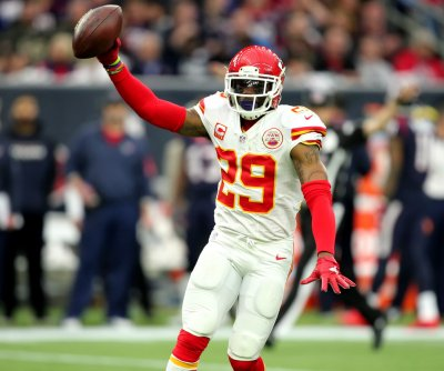 Kansas City Chiefs S Eric Berry signs franchise tender, set to practice Monday