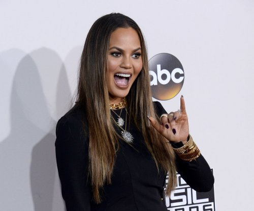 Chrissy Teigen apologizes for flashing 'hooha' at 2016 AMAs