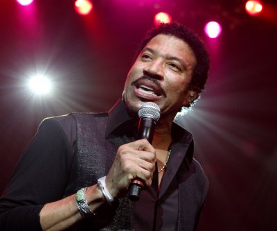 Lionel Richie returns to country roots