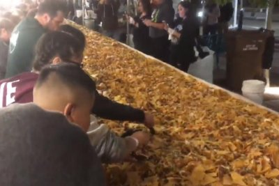 New Mexico city cooks up 5,039-pound serving of nachos
