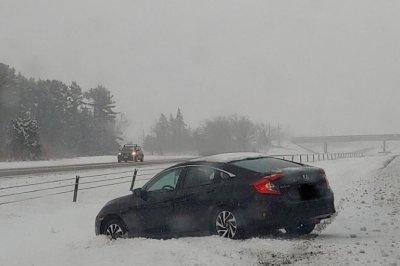 感恩节的旅客面对极端风,大雪,冰