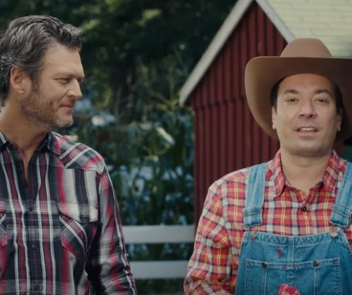Blake Shelton teaches Jimmy Fallon how to milk a cow on 'Tonight Show'