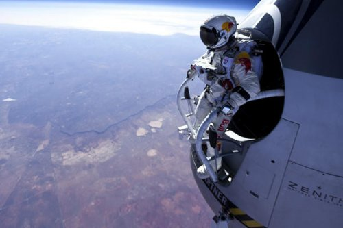 Skydiver in 4-minute free-fall jump