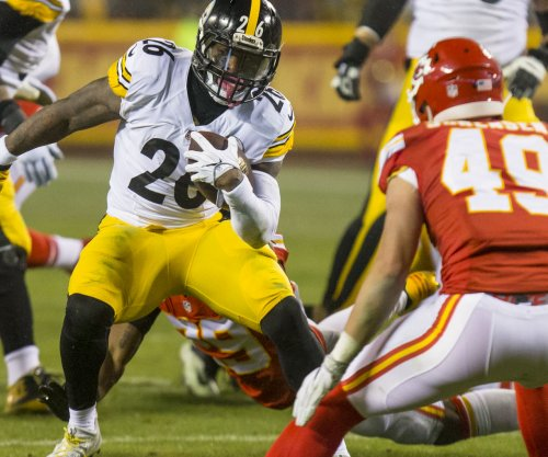 Le'Veon Bell training, taking contract talks 'day by day'
