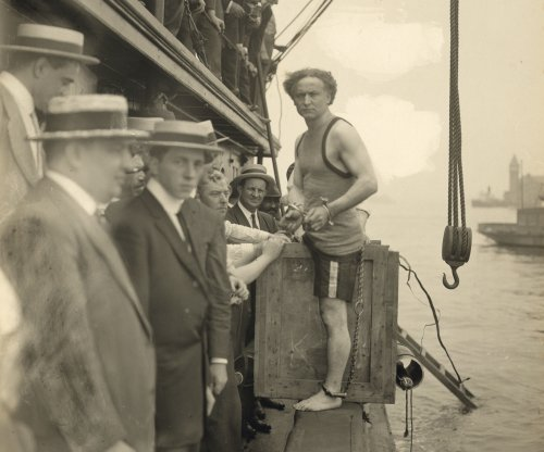 Harry Houdini dies in Detroit
