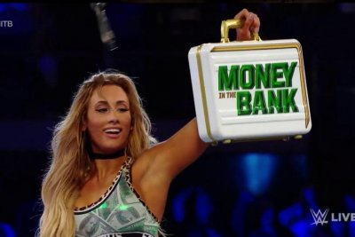 WWE Smackdown: Carmella recaptures the Money in the Bank briefcase