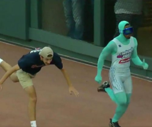 Atlanta Braves fan face plants, loses race after huge lead