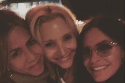 'Friends' alums Jennifer Aniston, Courteney Cox, Lisa Kudrow reunite