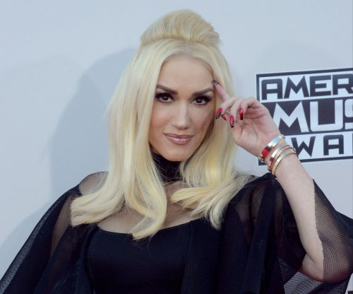 Gwen Stefani receives Hero Award at 2016 Radio Disney Music Awards