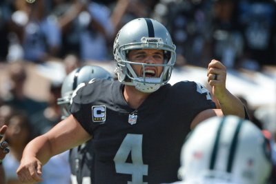 Oakland Raiders QB Derek Carr learns to pick his spots