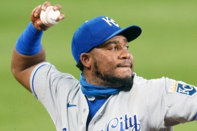 Royals rally for narrow win over Cardinals