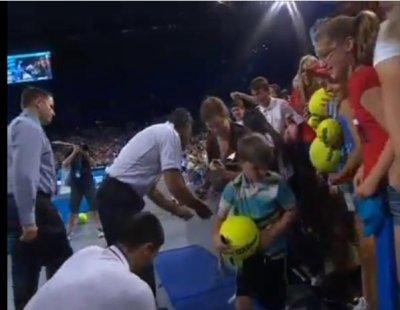 Novak Djokovic got injured signing autographs for Australian kids [VIDEO]