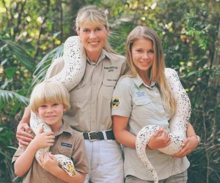 Bindi Irwin spends Halloween at children's hospital, comments on injured feet