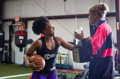 Elena Delle Donne surprises Christyn Williams with high school Player of the Year award