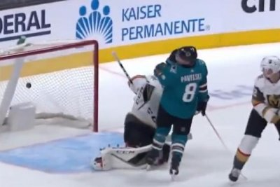 San Jose Sharks' Joe Pavelski loses teeth after scoring goal with face