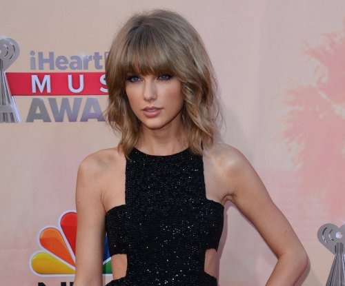 Taylor Swift's mom gives touching speech at Country Music Awards
