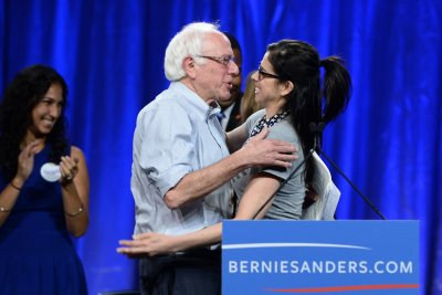 2016 Election: Sanders draws crowd of 27,500 in Los Angeles, outpaces Clinton