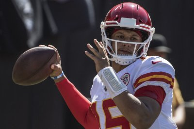 Chiefs' Patrick Mahomes lights up Raiders for 4 TD passes in 2nd quarter