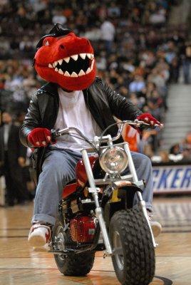 Raptors extend GM Colangelo's contract