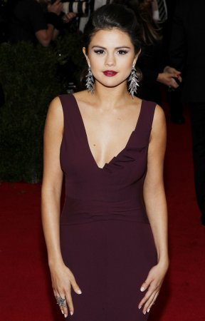 Selena Gomez denies topless photos are hers