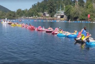 Over 200 tubers form a line in Canadian lake to break Guinness record